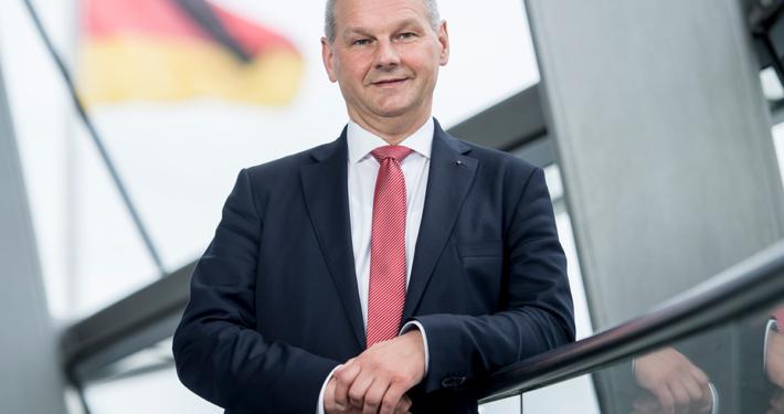 Mathias Stein im Bundestag vor Deutschlandfahne § Foto: Marco Urban