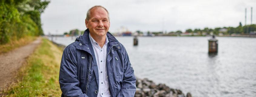 Mathias Stein sitzt am Nord-Ostsee-Kanal $ Foto: Olaf Bathke