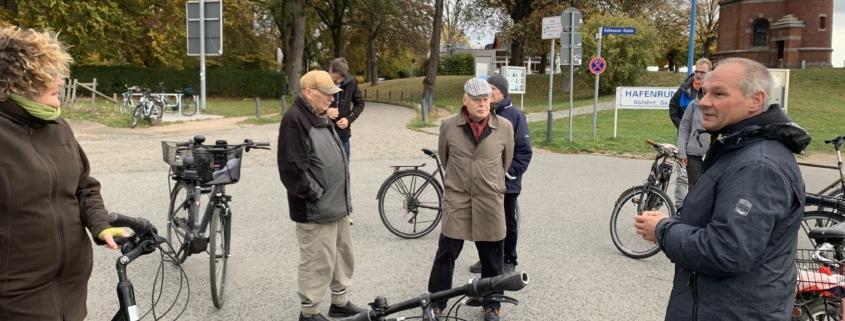 Mathias Stein mit mehreren Teilnehmer:innen der Radtour in Friedrichsort § Foto: Fabian Reichardt