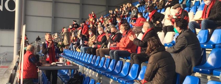 Mathias Stein vor der Tribüne im Holsteinstadion, auf der viele SPD-Mitglieder (mit Abstand) sitzen § Nominierung im Holsteinstadion, Foto: Alexander Jaede