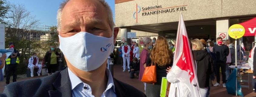 Mathias Stein mit Maske bei einem Streik vor dem Städtischen Krankenhaus Kiel