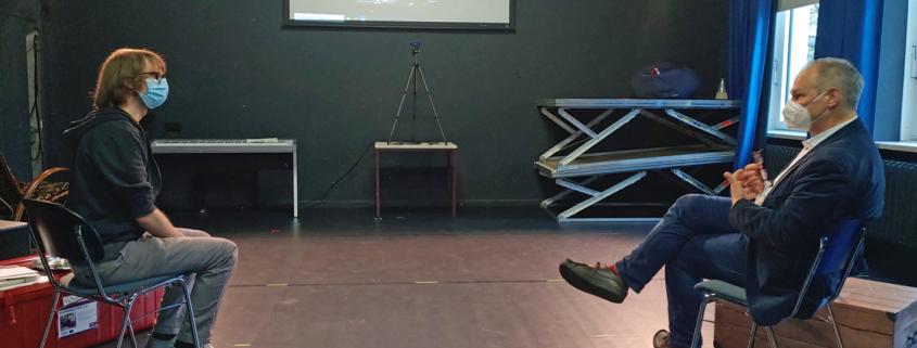 Mathias Stein mit Maske im Gespräch mit Sebastian Kreuzer mit Maske § Besuch Werftparktheater, Foto: Ralf Weidel