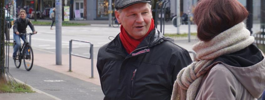 Mathias Stein im Gespräch mit einer Frau in der Holtenauer Straße, § Foto: Christoph Beeck