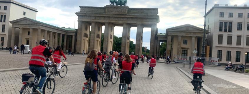 Radtour durch Berlin: Eine kleine Truppe der SPD-Bundestagsfraktion mir roten Warnwesten vor dem Brandenburger Tor