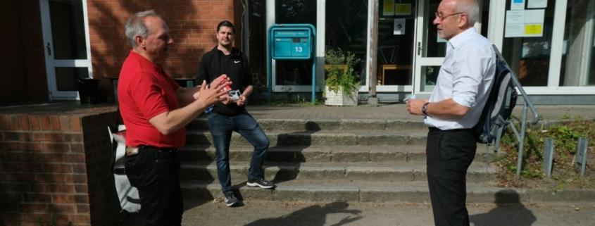 Mathias Stein mit zwei Mitarbeitenden der Stadtmission vor dem Bodelschwinghhaus § Foto: Ralf Weidel