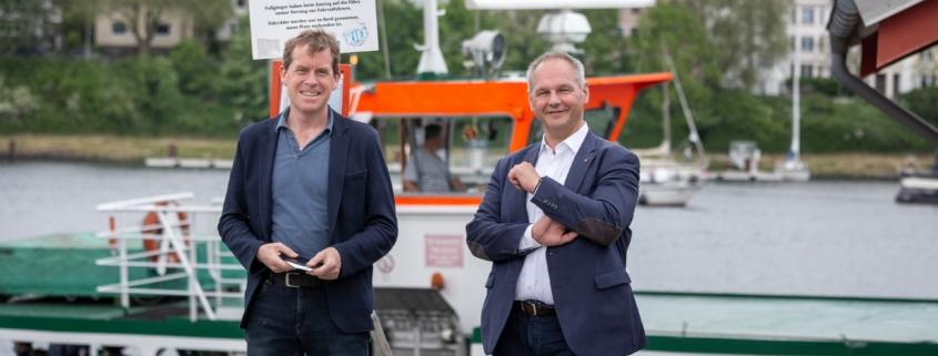 """Mathias Stein und Ulf Kämper vor der Fähre """"Adler 1"""" am Nord-Ostsee-Kanal § Foto: FabianWinklerFotografie.com"""