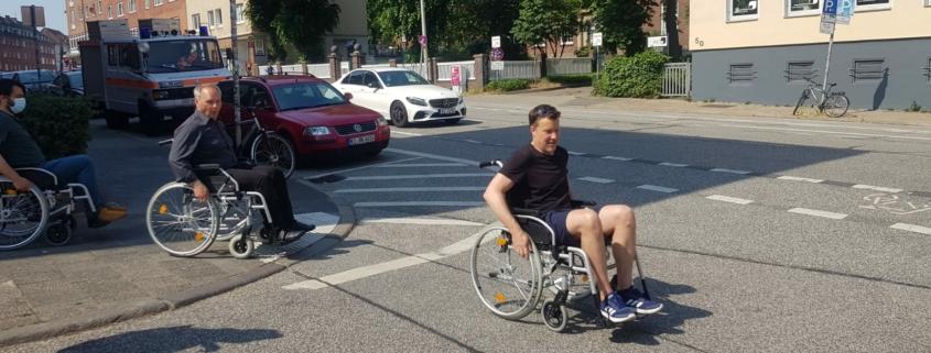 Mathias Stein und Fabian Winkler überqueren die Straße im Rollstuhl § Foto: Tabea Philipp