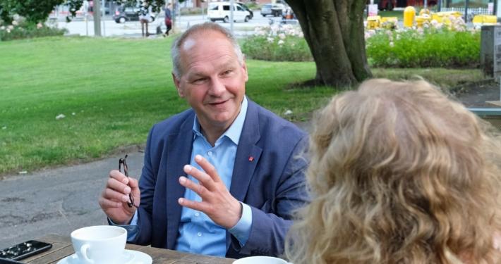 Mathias Stein im Gespräch mit einer Frau (von hinten zu sehen) § Foto: Ralf Weidel