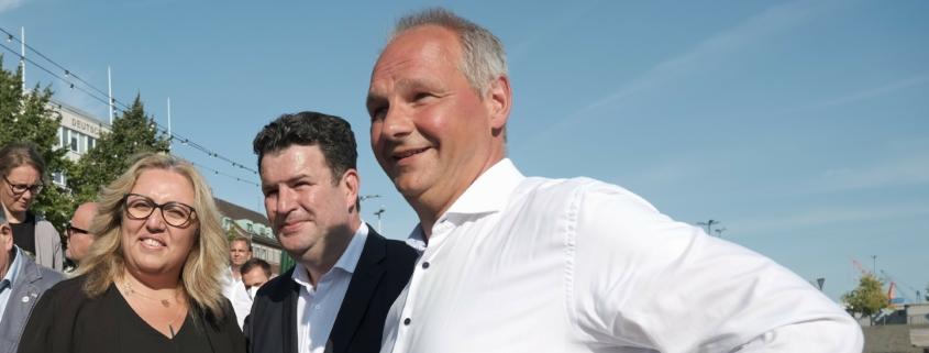 Mathias Stein, Hubertus Heil und Özlem Ünsal stehen nebeneinander § Foto: Ralf Weidel