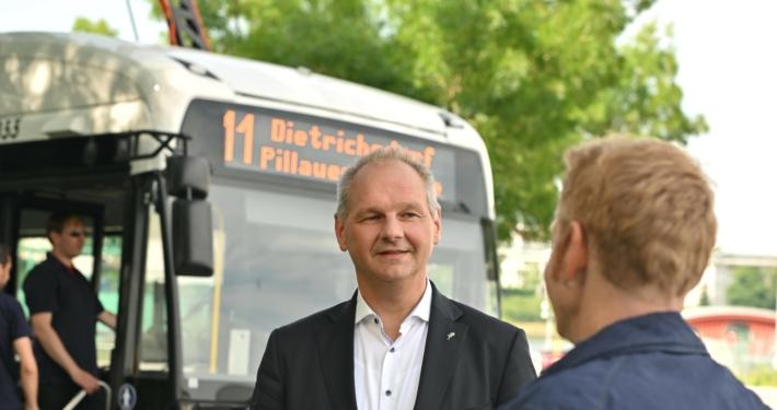 Mathias Stein im Gespräch mit einem Bürger vor einem Elektrobus § Foto: Bevis Nickel