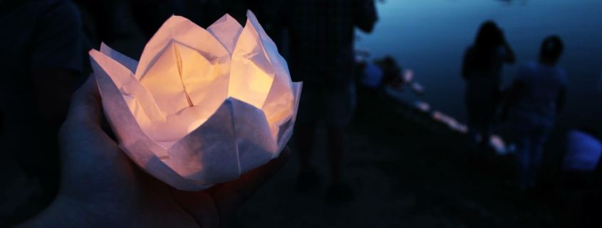 gebastelte Lotusblüte auf dem Wasser § Foto: Thore Pingpank