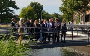 Mathias Stein mit Olaf Scholz und Ulf Kämpfer und weiteren Menschen am Holstenfleet § Foto: Tabea Philipp