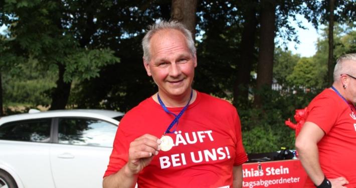 Mathias Stein mit Medaille und rotem T-Shirt § Foto: Friederike Wenk